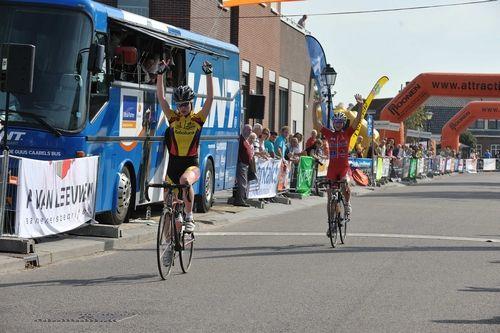 Uniek beeld, zelfs in deze categorie: Jet Wilderman (jun.) en Jip van den Berg (nwl.) komen als 1 en 2 juichend over de finish