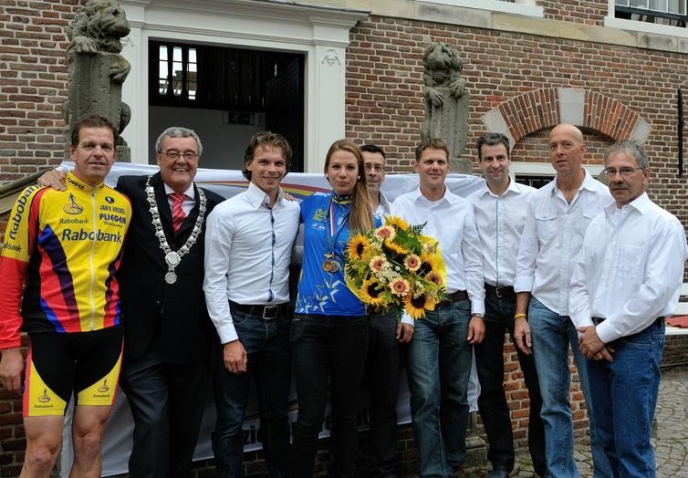Stichting Wielerronde Ameide met burgemeester Coen van der Ee (Zederik) en Corine van der Zijden (Nederlands en Europees kampioene tijdrijden Junior-dames)