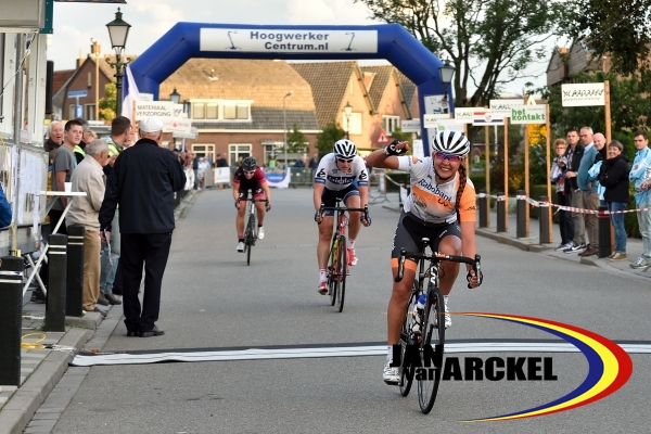 Finish_Dames_Elite_Amateurs_Junioren_Anouska_Koster_Vera_Koedooder_Esther_van_Veen_podium_Ameide_2015