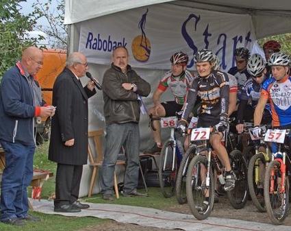 Kees Verkerk spreekt de A-renners toe en geeft het startsein!